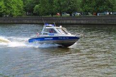 Arbetskopian för polisfartyget down floden Arkivbilder
