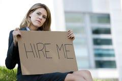 Arbetslös ung kvinna som frågar för ett jobb Arkivfoton