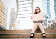 arbetslöshet affärskvinna med tecknet som söker efter ett jobb royaltyfria bilder