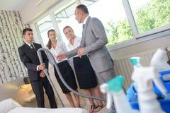Arbetsledare med lagrengöringsmedel i hotellrum Fotografering för Bildbyråer