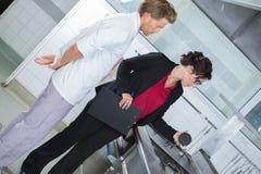Arbetsledare som kontrollerar kockarbete royaltyfria foton