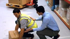 Arbetsledare som påverkar varandra med arbetaren arkivfilmer