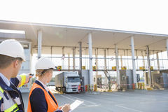 Arbetsledare som ser lastbilen som skriver in i sändande gård Royaltyfria Foton