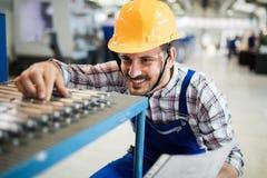 Arbetsledaren som gör kvalitets- kontroll, och pruductionen kontrollerar in fabriken Royaltyfria Foton