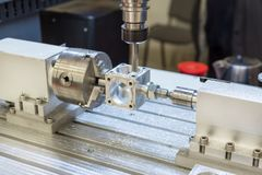 Arbetsområde av den moderna CNC-malningmaskinen industriell abstrakt bakgrund Arkivbilder