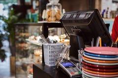 Arbetsområde i kafé Arkivbild