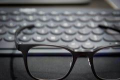 Arbetsområde med tangentbord- och ögonexponeringsglas Royaltyfri Fotografi