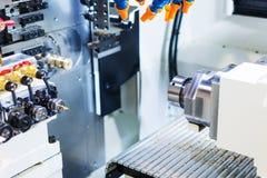 Arbetsområdet av den industriella CNC-malningmaskinen Royaltyfri Fotografi