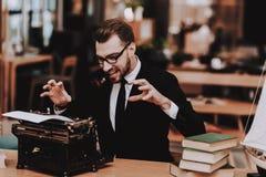arbetsplats Affärsman dräkt gammal skrivmaskin arkivfoto