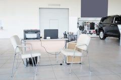 Arbetsplats av chefer i en återförsäljares bilvisningslokal Arkivbilder