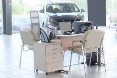 Arbetsplats av chefer i en återförsäljares bilvisningslokal Arkivbild