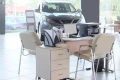 Arbetsplats av chefer i en återförsäljares bilvisningslokal Royaltyfri Bild