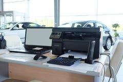 Arbetsplats av chefer i en återförsäljares bilvisningslokal royaltyfria foton
