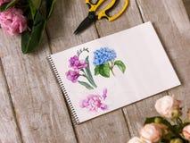 Arbetsplats av dekoratören, blomsterhandlare Sketch av blomman Royaltyfria Foton