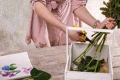 Arbetsplats av dekoratören, blomsterhandlare Sketch av blomman Royaltyfria Bilder
