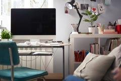 Arbetsplats av den idérika formgivaren med moderna PC, brevpapper och houseplants royaltyfria foton