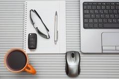 Arbetsplats, bärbar dator och notepad på den moderna tabellen Arkivfoto