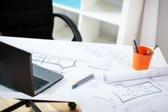 Arbetsplats i det arkitektoniska kontoret Arkivfoto