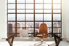 Arbetsplats i en vit modern inre med stadssikt Royaltyfri Foto