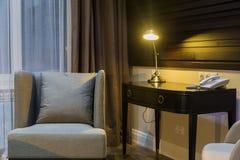 Arbetsplats i hotell eller hemma - lampan är på royaltyfria foton