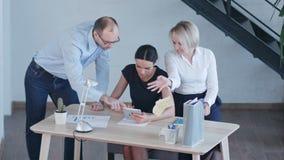 Arbetsplats i modernt kontor med affärsfolk som använder den digitala minnestavlan stock video