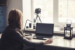 Arbetsplats med den öppna bärbara datorn med den svarta skärmen på det moderna träskrivbordet Arkivfoton