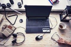 Arbetsplats med den öppna bärbara datorn med den svarta skärmen på det moderna träskrivbordet arkivfoto