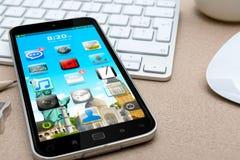 Arbetsplats med den moderna mobiltelefonen Arkivfoton