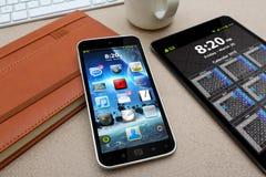 Arbetsplats med den moderna mobiltelefonen Arkivfoto