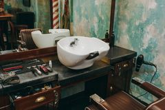 Arbetsplats med en handfat i frisersalong inre lyxig salong för skönhet arkivbilder
