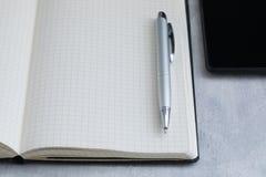 Arbetsplats med en penna, en anteckningsbok, affärsidé royaltyfri foto