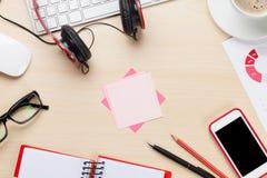 Arbetsplats med headpones, PC, telefonen och notepaden arkivfoto