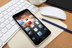 Arbetsplats med mobiltelefonen Arkivfoton
