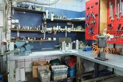 Arbetsplats på ett reparationsgarage arkivfoton