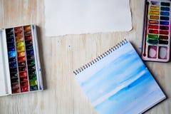 Arbetsplatsen av artistWatercoloren målar, ett ark av papper övre sikt arkivfoto