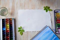 Arbetsplatsen av artistWatercoloren målar, ett ark av papper övre sikt Royaltyfri Fotografi