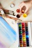 Arbetsplatsen av artistWatercoloren målar, ett ark av papper övre sikt royaltyfria foton