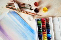 Arbetsplatsen av artistWatercoloren målar, ett ark av papper övre sikt Arkivbild