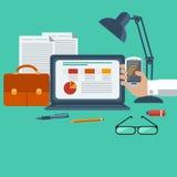 Arbetsplatsen med bärbara datorn, smartphonen, kontor anmärker Royaltyfri Bild