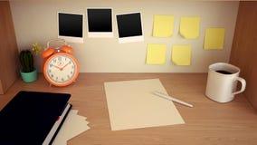 Arbetsplatsen med tabellklockan, coffe rånar, förbigår, kaktuns, dagordningen, blyertspennan och tomma klistermärkear på trätabel Arkivbilder