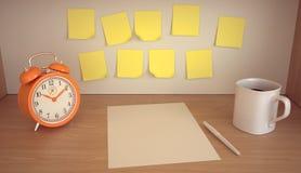 Arbetsplatsen med tabellklockan, kaffe rånar, förbigår, blyertspennan och tomma klistermärkear på trätabellen Royaltyfria Bilder
