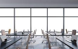 Arbetsplatser i ett modernt panorama- kontor, kopieringsutrymme i fönstren öppet utrymme Vittabeller och bruna läderstolar stock illustrationer