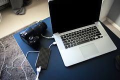 Arbetsplatsfotograf och formgivare, bärbar dator med kameran och smartphone på tabellen arkivbild