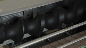 Arbetsrörledning i fabriken Transportband maskindelar arkivfilmer