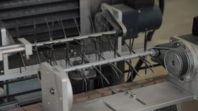 Arbetsrörledning i fabriken Transportband maskindelar lager videofilmer