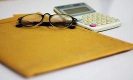 Arbetsskrivbord i huset eller företaget royaltyfria bilder