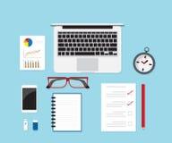 Arbetsskrivbord med kontorstillförsel Arkivbilder