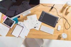 Arbetsställe av formgivaren med illustrationer arkivfoto