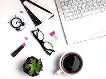 Arbetsställe med bärbara datorn, kaffe och andra små objekt arkivbilder