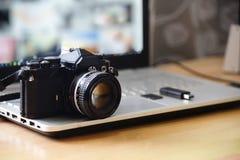 Arbetsstation för Digital studiofotografi Retro kamera för film DSLR, royaltyfri fotografi